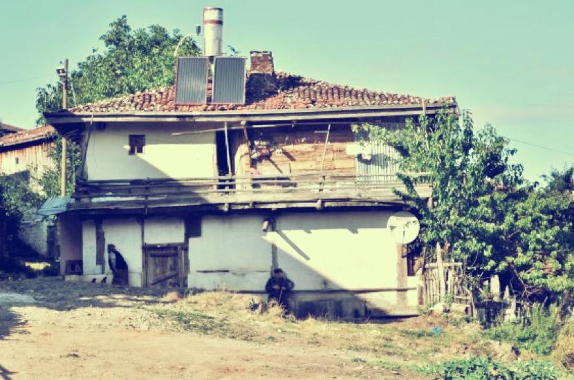 Die alten Häuser unserer Verwandtschaft stehen im Winter leer, weil alle in die Stadt gezogen sind. Im Sommer machen viele dort Urlaub.